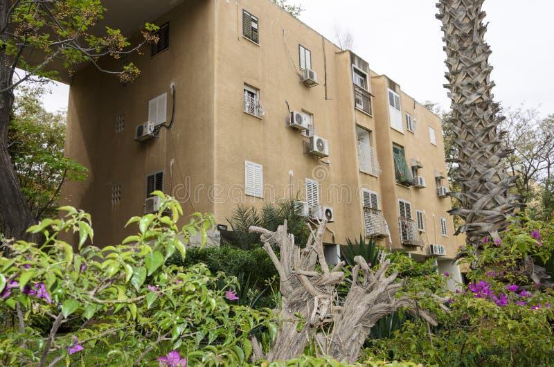 Bostads- byggnad i Israel och grönområdet i gården royaltyfri foto