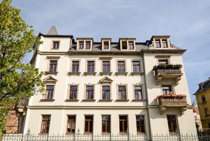 Bostads- byggnad i staden renoverade nyligen den gamla villan arkivbilder