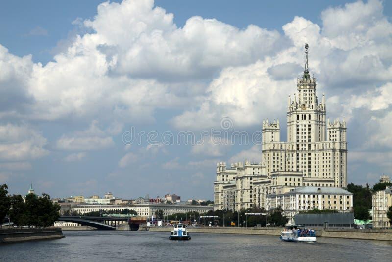 Bostads- byggnad på den Kotelnicheskaya invallningen i Moskva royaltyfria bilder