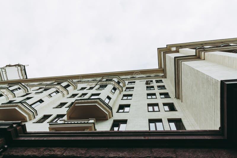 Bostads- byggnad på stranden i stil för Ar Deco Ljus beige färgfasad och tornspira på taket Det finns massivt trä arkivbild