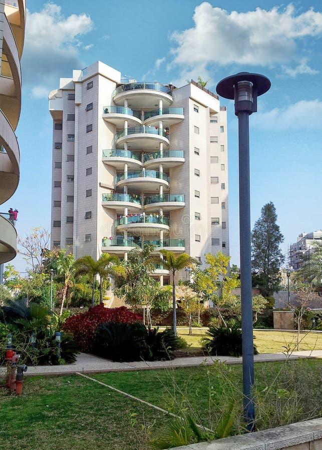 bostads- byggnad 9-story med halv-cirkulär exponeringsglasbalkonger royaltyfria bilder