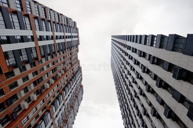 Bostads- byggnader för modernt höghus Botten beskådar arkivbild
