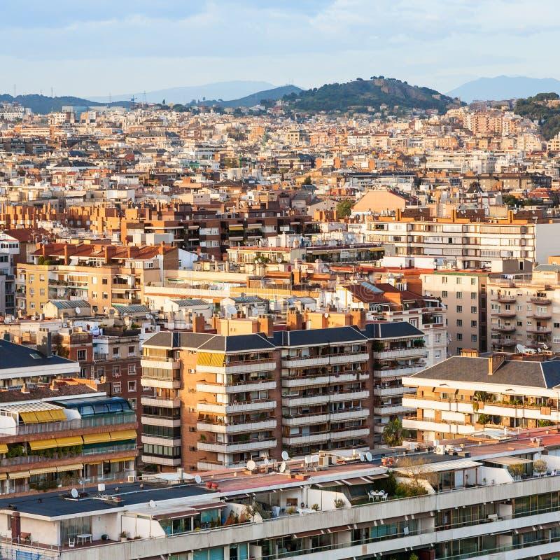 Bostads- byggnader i den Barcelona staden på solnedgång arkivfoto
