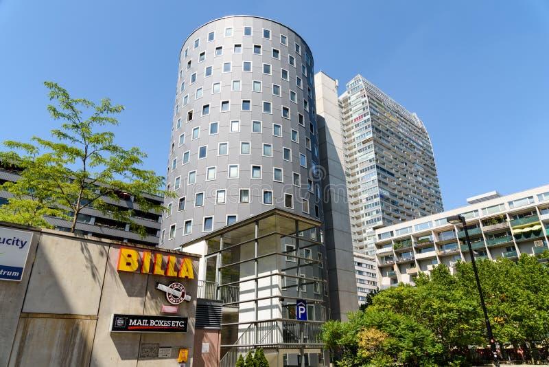 Bostads- byggnader i den Donau staden, den nya delen av Wien arkivfoton