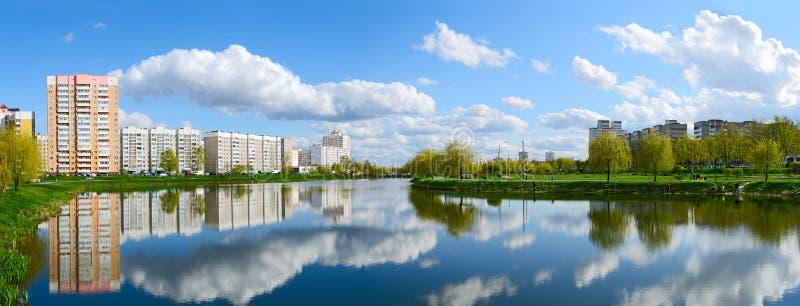 Bostads- byggnader i rekreationsområde med kaskaden av sjöar, arkivfoto