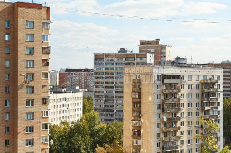 Bostads- byggnader i stadskvarter i höstdag royaltyfria foton