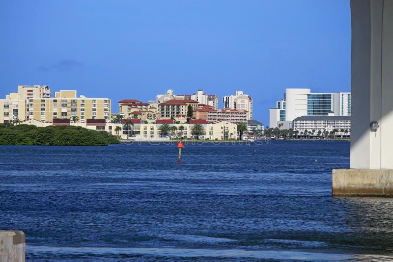 Bostads- byggnader och hotell av den Clearwater stranden arkivbild