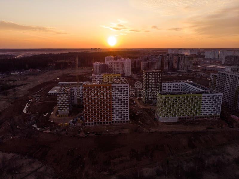bostads- byggnader under konstruktion på solnedgången från över royaltyfri foto
