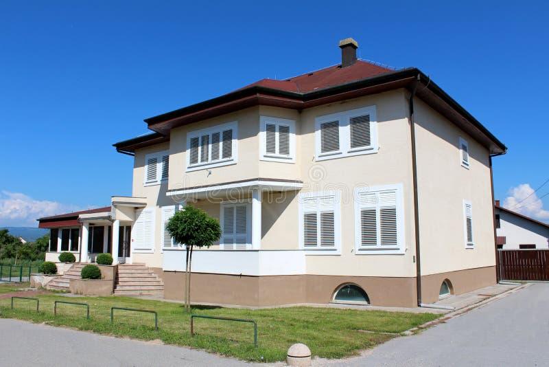 Bostads- familj- och affärshus med stängda träfönsterrullgardiner arkivfoto