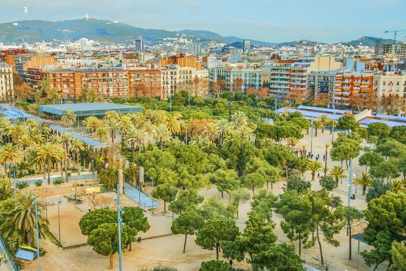 Bostads- fjärdedel och rekreationsområde i Barcelona, Spanien Sikt av Joan Miro Park royaltyfria bilder