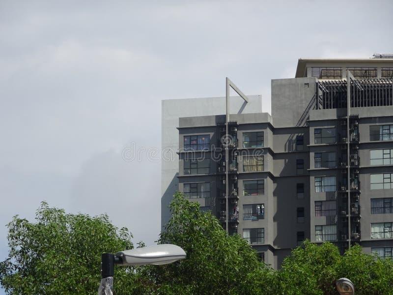 Bostads- hyreshus för hög löneförhöjning med modern fasaddesign fotografering för bildbyråer