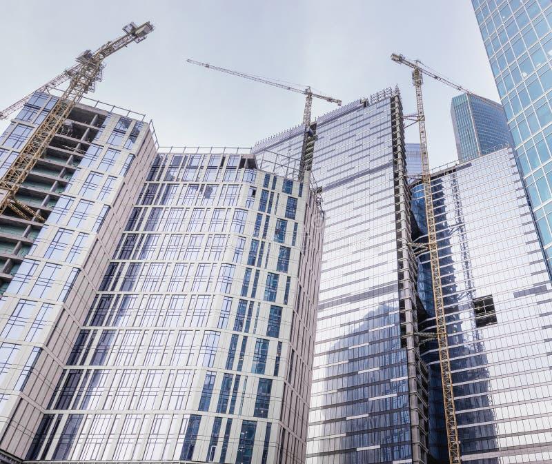 Bostads- och kontorsbyggnader för byggande för tornkranar stort fotografering för bildbyråer
