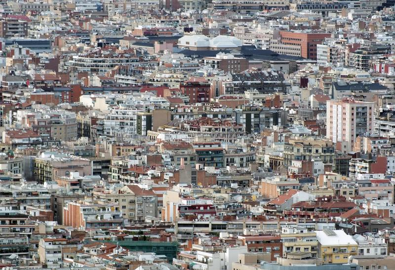 Bostads- panorama- flyg- stads- landskap av den barcelona visningen och affärsområden med hundratals byggnader arkivbilder