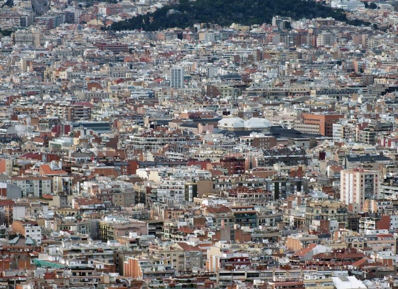 Bostads- panorama- flyg- stads- landskap av den barcelona visningen och affärsområden med synliga hundratals byggnader royaltyfria bilder