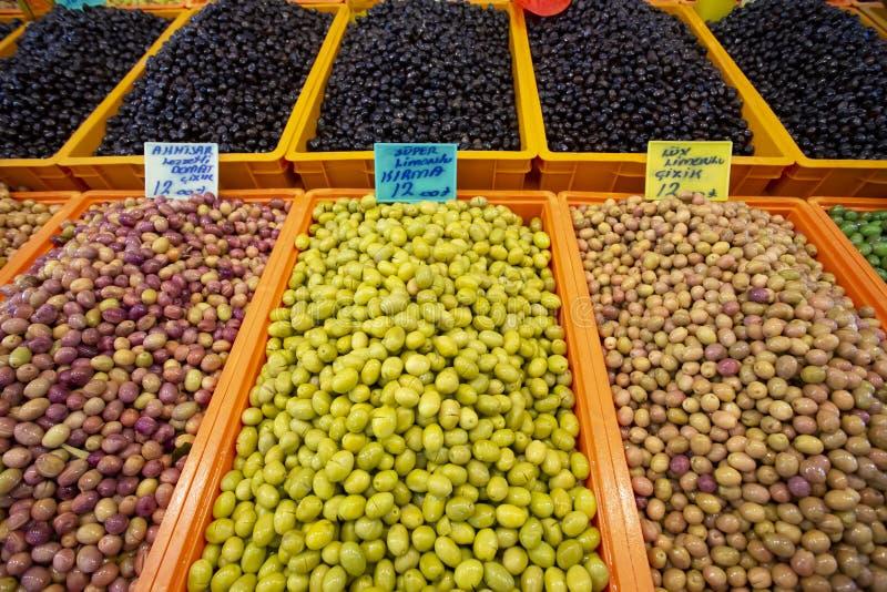Bostanli/Smirne/Turchia, il 20 febbraio 2019, mercato verde oliva del bazar di Bostanli fotografie stock libere da diritti