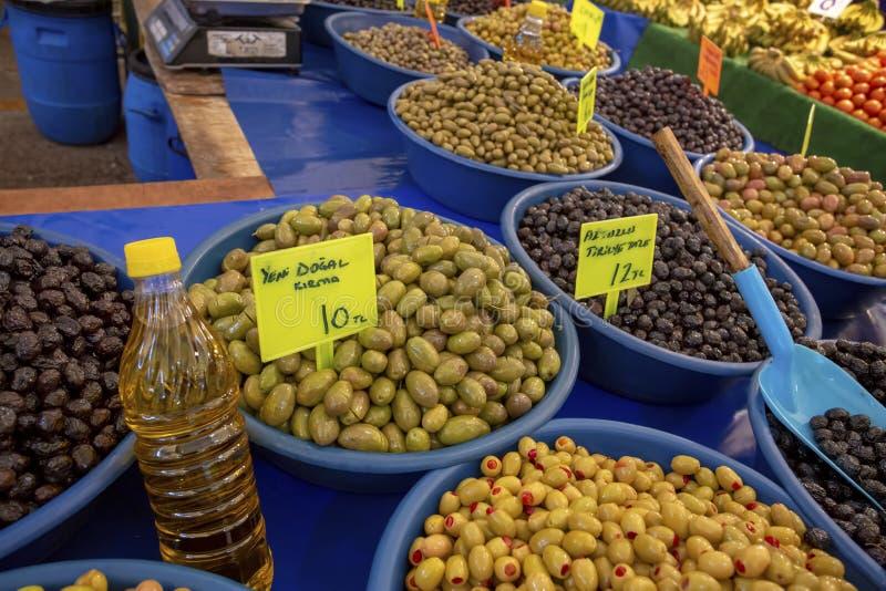 Bostanli/Smirne/Turchia, il 20 febbraio 2019, mercato verde oliva del bazar di Bostanli immagini stock libere da diritti