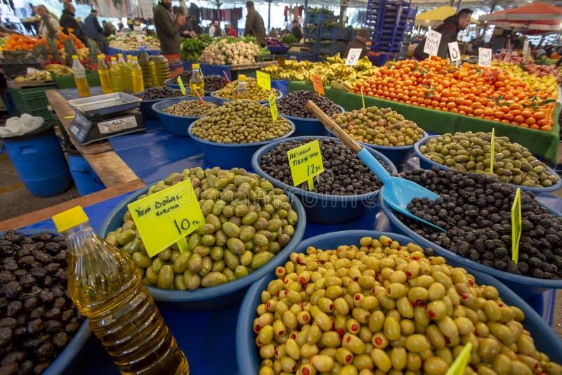 Bostanli/Smirne/Turchia, il 20 febbraio 2019, mercato verde oliva del bazar di Bostanli fotografie stock