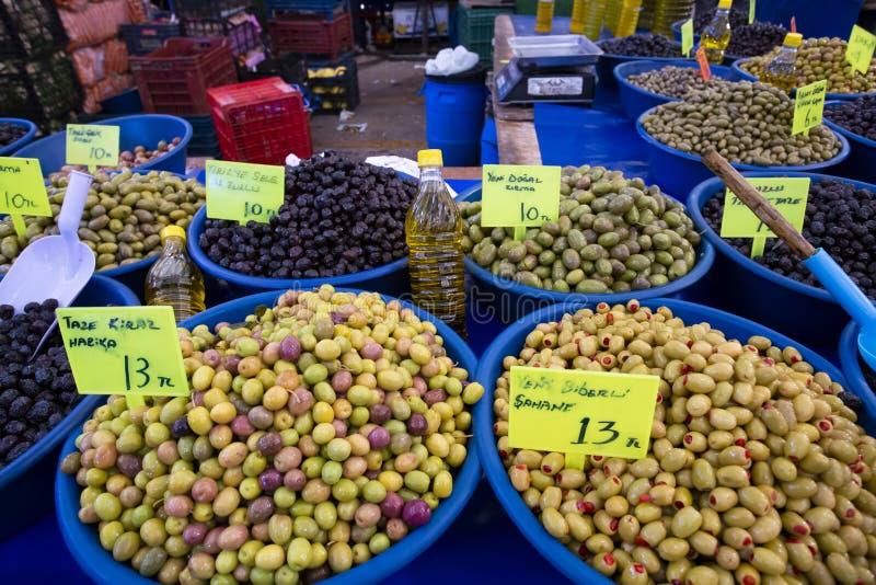Bostanli/Smirne/Turchia, il 20 febbraio 2019, mercato verde oliva del bazar di Bostanli fotografia stock