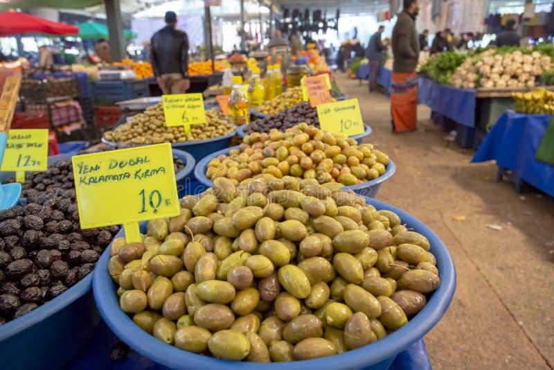 Bostanli/Smirne/Turchia, il 20 febbraio 2019, mercato verde oliva del bazar di Bostanli immagine stock