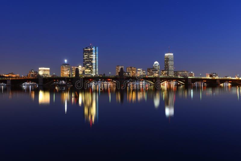 Boston Charles River en Achterbaaihorizon bij nacht stock afbeeldingen