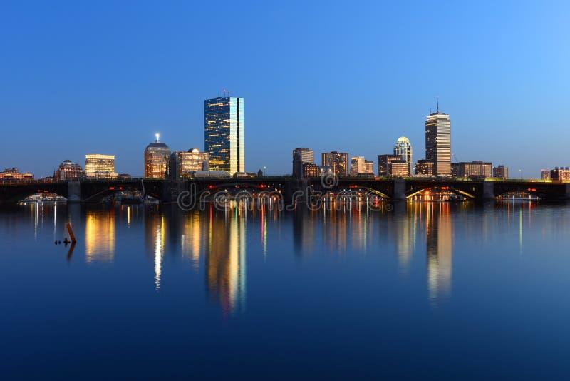 Boston Charles River und hintere Buchtskyline nachts lizenzfreies stockfoto