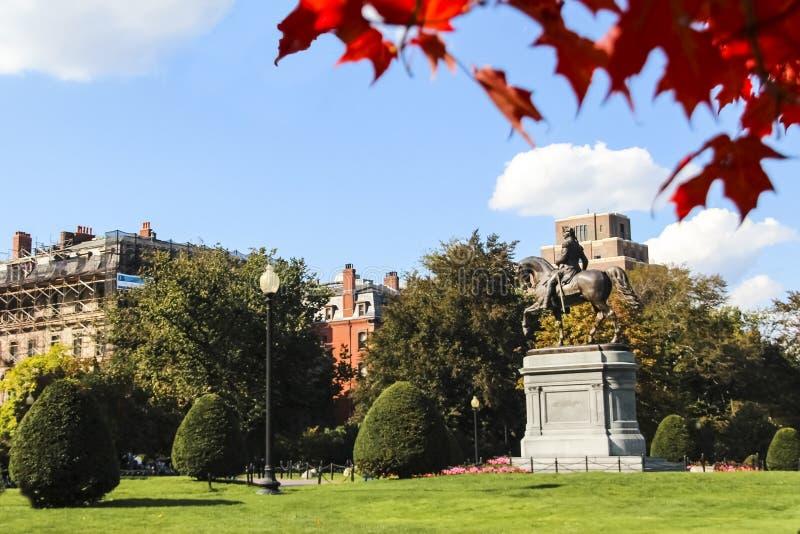 Boston común y jardín público con la estatua de George Washington imágenes de archivo libres de regalías