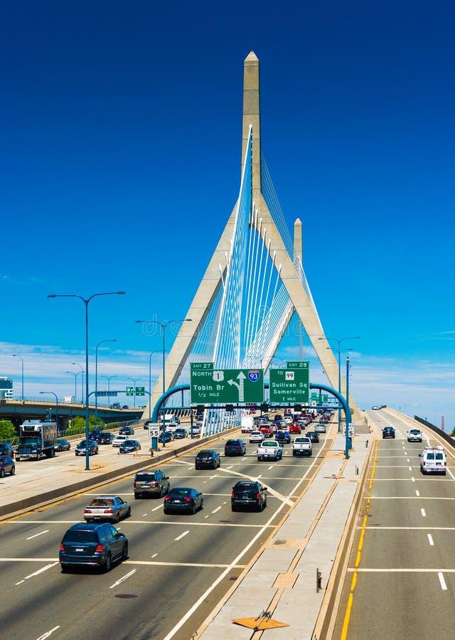 Boston, de V.S.: Leonard P De HerdenkingsBrug van de Heuvel van de Bunker van Zakim stock foto's