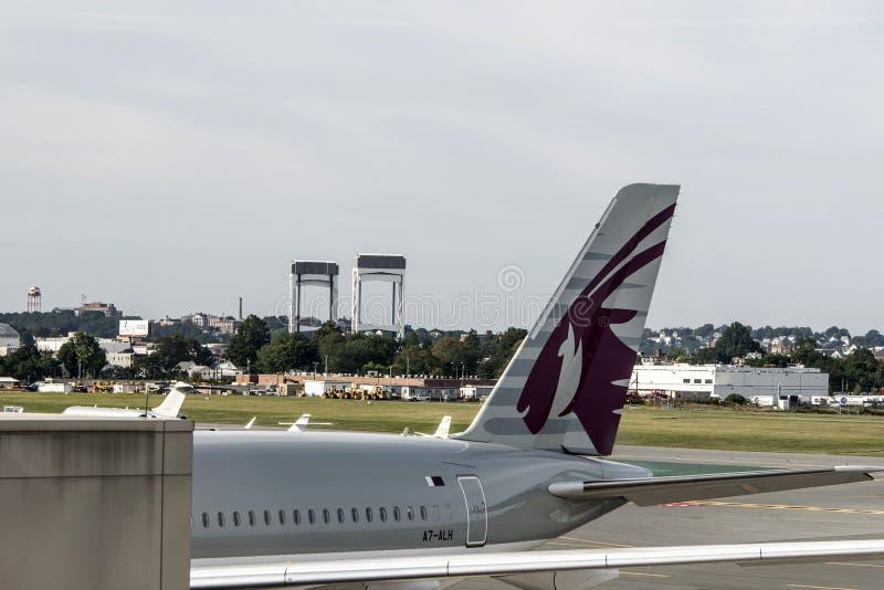 Boston de V.S. 23 09 20170 verticale Leidraad van Qatar Airways-Vliegtuig bij het het detailembleem van het luchthavenparkeren stock fotografie