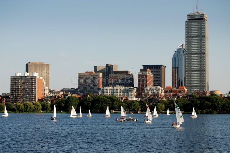 Boston, doctorandus in de letteren: Horizon en Charles River Sailboats stock foto's