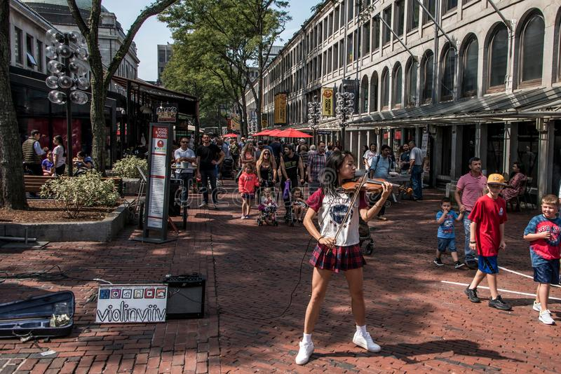 BOSTON ESTADOS UNIDOS 05 09 2017 - gente en la ciudad histórica que hace compras al aire libre de Faneuil Hall Quincy Market Gove fotos de archivo libres de regalías
