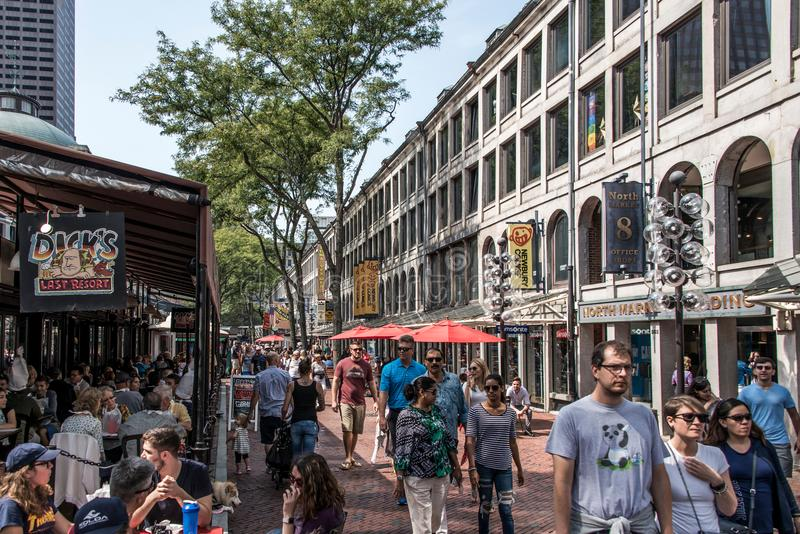 BOSTON FÖRENTA STATERNA 05 09 2017 - folk på utomhus- Faneuil som shoppar Hall Quincy Market Government Center den historiska sta royaltyfria foton