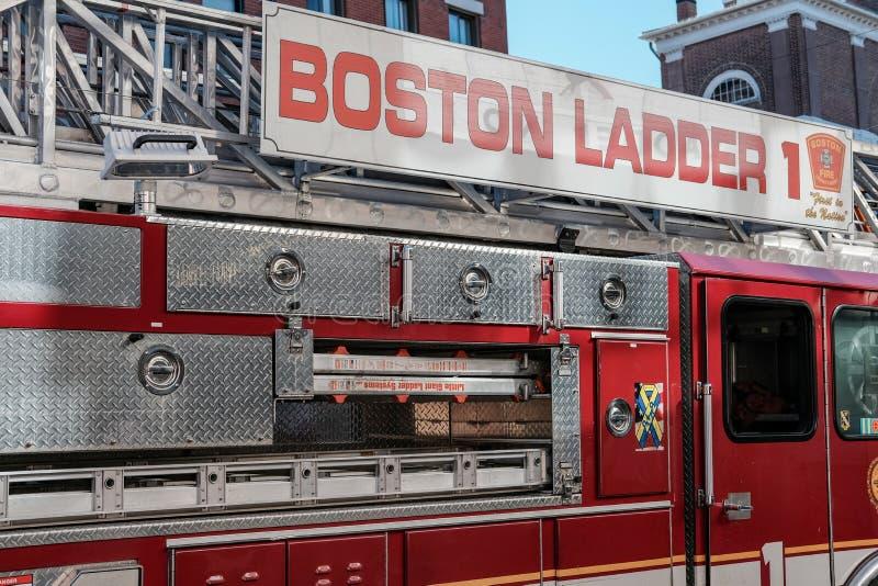 Boston-Feuerwehrmaschine nehmen an einem Anruf im Stadtzentrum teil stockbilder