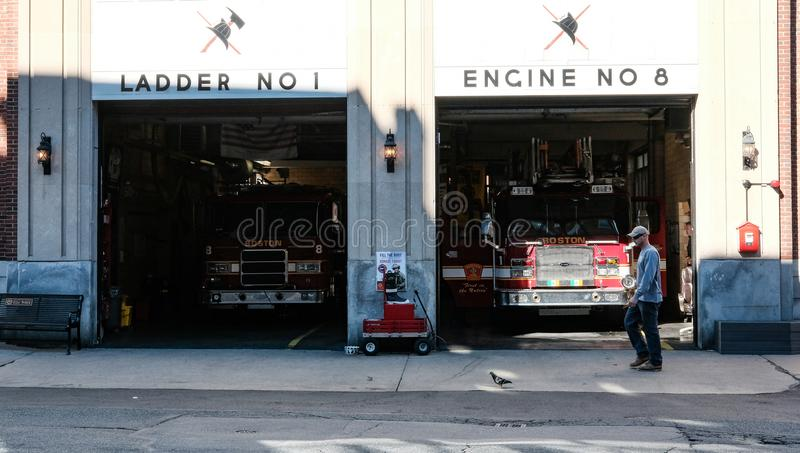 Boston-Feuerwehrmaschinen dort in den Buchten, Boston, MA stockbilder