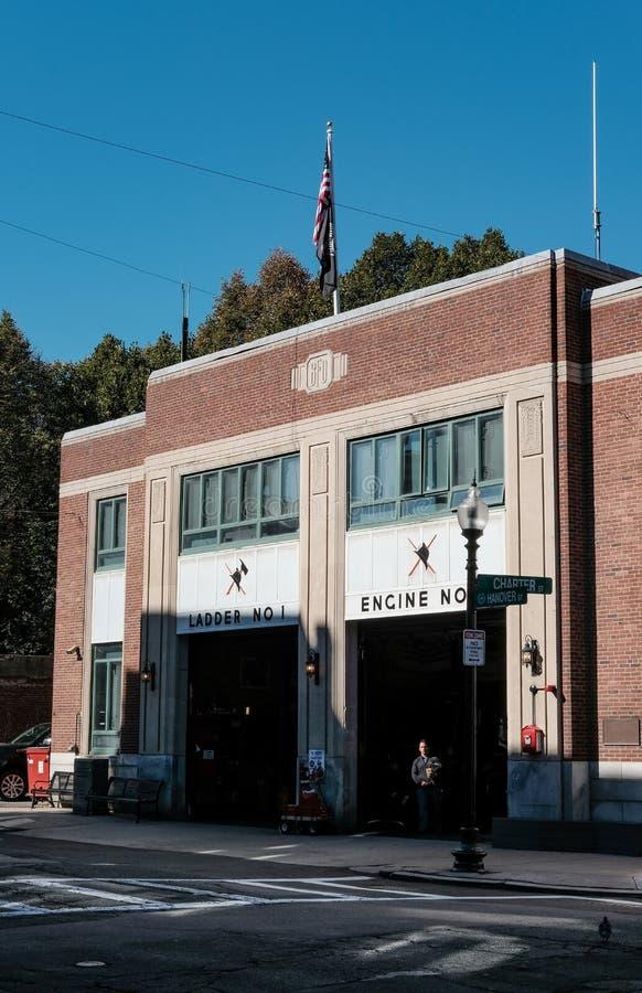 Boston-Feuerwehrmaschinen dort in den Buchten, Boston, MA stockbild