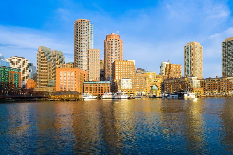 Boston-Finanzbezirks-Skyline und Hafen an der Dämmerung stockfotos