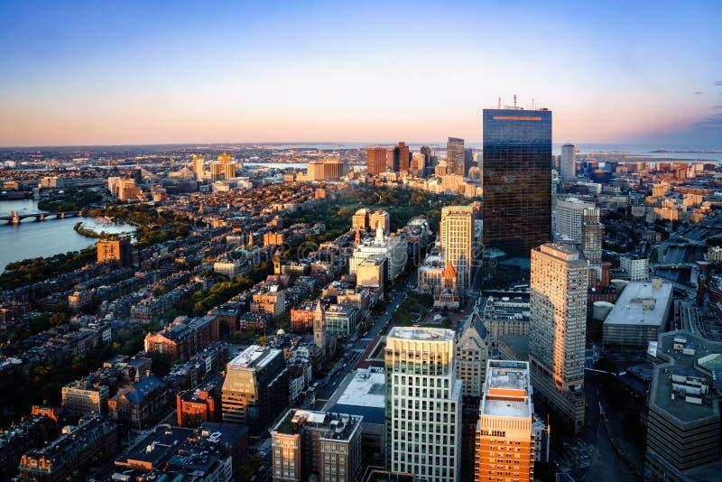 Boston flyg- sikt med skyskrapor på solnedgången royaltyfri bild