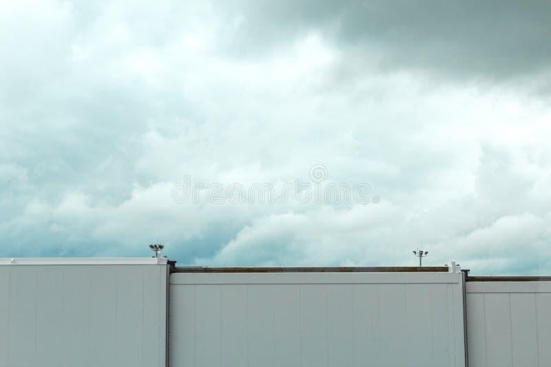 Boston flygplatsskybridge framme av stormmoln royaltyfria foton