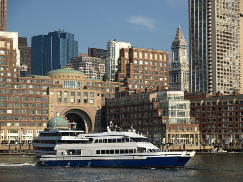 Boston-Hafen und Ausflug-Boot stockbilder