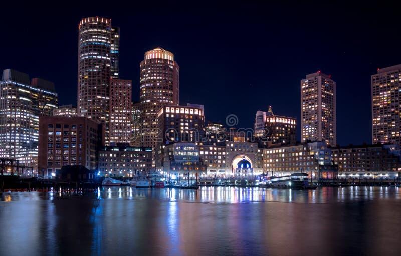 Boston-Hafen und Finanzbezirksskyline nachts - Boston, Massachusetts, USA stockfotos