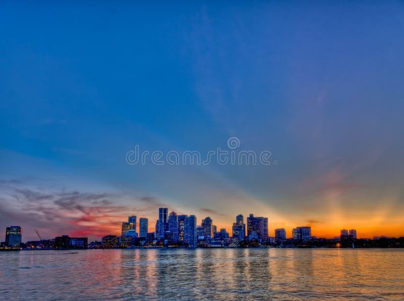 boston horisont på solnedgången arkivfoto
