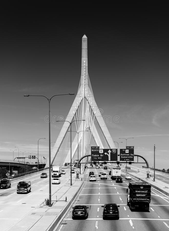 Boston - junio de 2016, mA, los E.E.U.U.: Leonard P Puente conmemorativo del Bunker Hill de Zakim con tráfico fotos de archivo