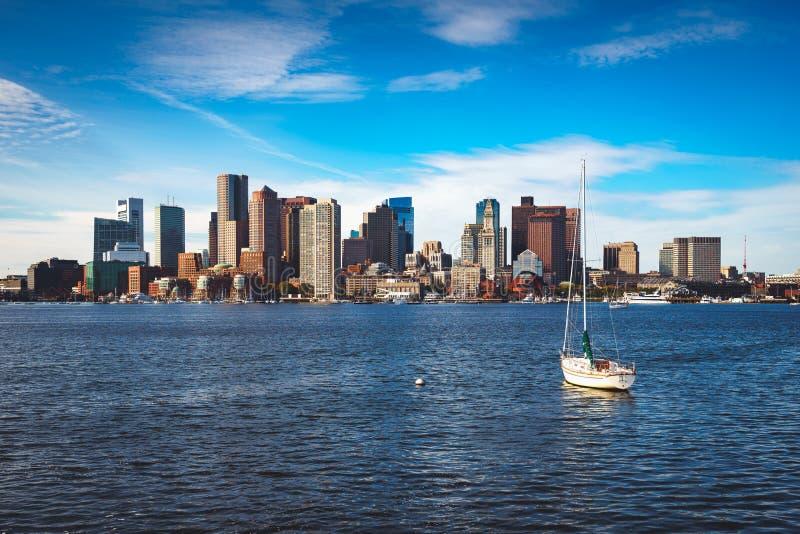 Boston linia horyzontu z żagiel łodzią fotografia royalty free