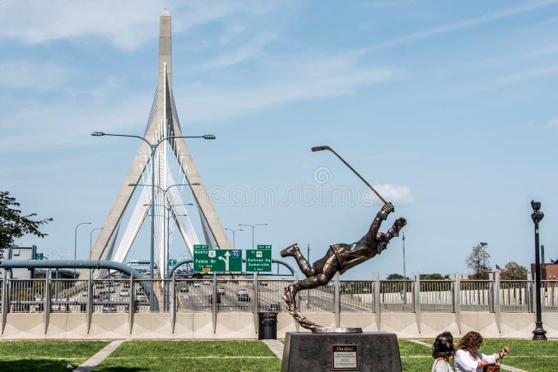 BOSTON, LOS E.E.U.U. 06 09 estatua 017 el jugador hokey del hielo de Bobby Orr de la meta delante del puente de Leonard Zakim Bun fotografía de archivo libre de regalías