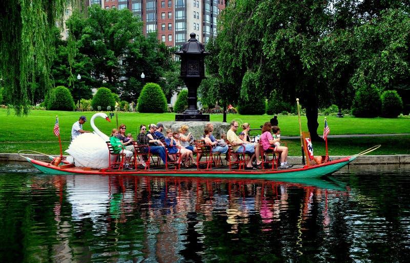 Boston, mA : Bateau de cygne dans le jardin public de Boston photo libre de droits