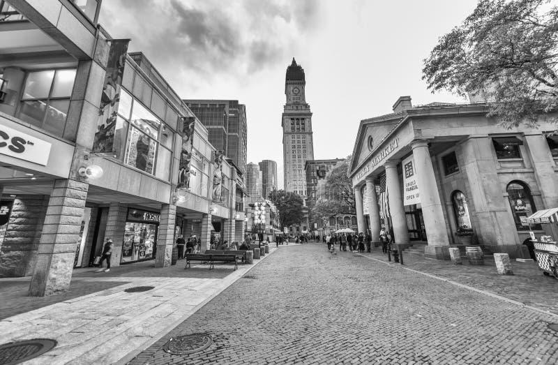 BOSTON, MA - 17 DE OCTUBRE: Una muchedumbre de turistas y de locals en Faneuil H foto de archivo libre de regalías