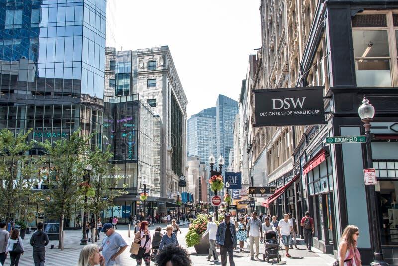 Boston, mA los E.E.U.U. 06 09 2017 - Calle de la tienda con diversas tiendas con la gente que camina y que hace compras foto de archivo libre de regalías