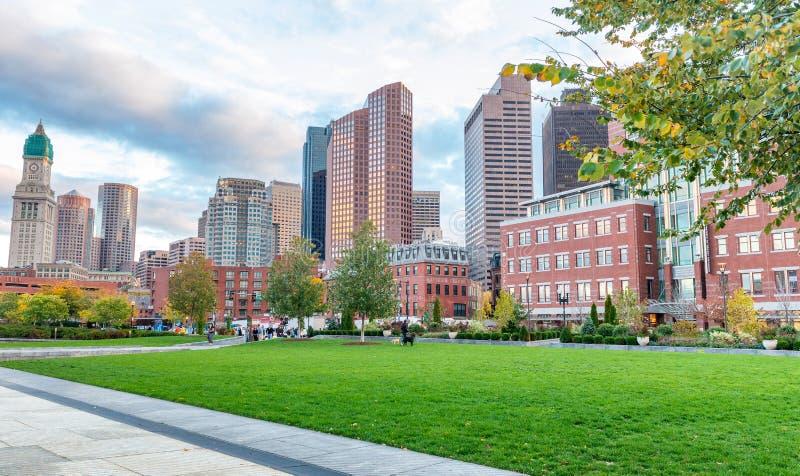 BOSTON, MA - 17 OTTOBRE 2015: Costruzioni della città in autunno Boston immagine stock