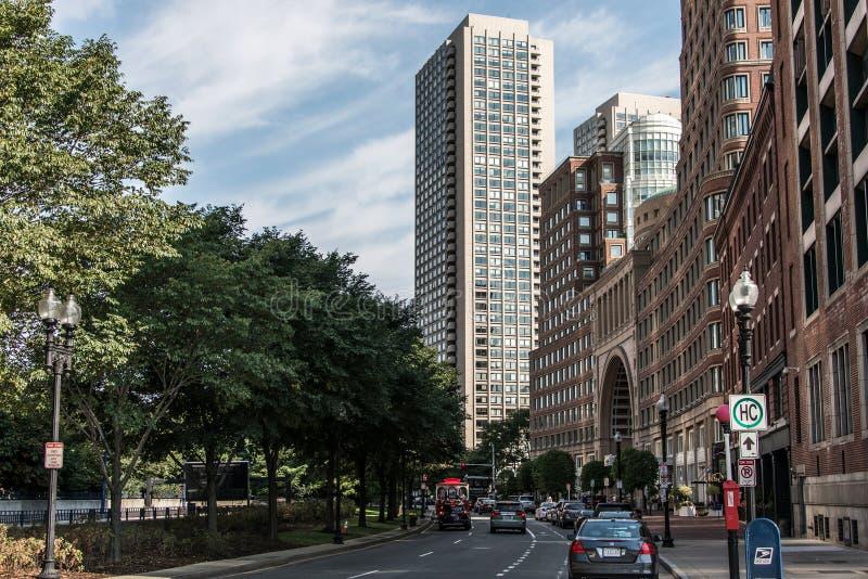 Boston MA USA 04 09 Skylinesommertagespanoramablickgebäudestadtzentrum 2017 und -straße mit Verkehr stockbilder