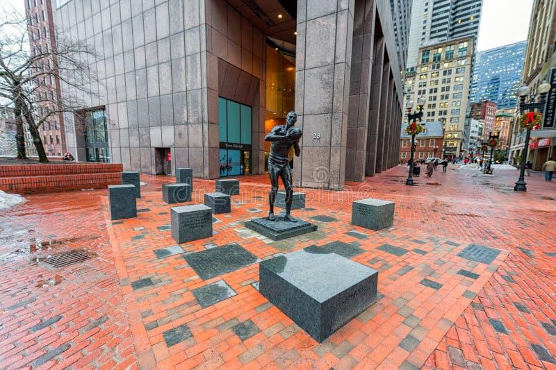 BOSTON, MASSACHUSETTS - 6 DE ENERO DE 2014: Ayuntamiento Boston y monumento para la leyenda del jugador de básquet de gran Bill R imágenes de archivo libres de regalías