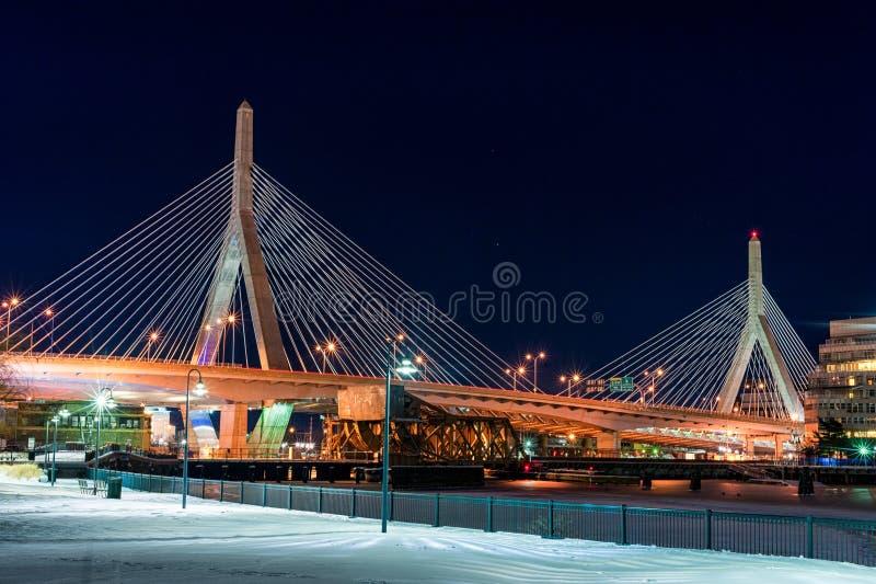 BOSTON, MASSACHUSETTS - 3 DE ENERO DE 2014: Puente en Boston Fotografía larga de la noche de la exposición Puente de la colina de imagen de archivo libre de regalías